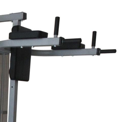 Многофункциональный тренажер с встроенным весовым стеком. Позволяет выполнять комплекс упражнений на различные группы мышц. Дополнительно тренажер имеет брусья для отжимания и скамью для пресса с гантелями по 1