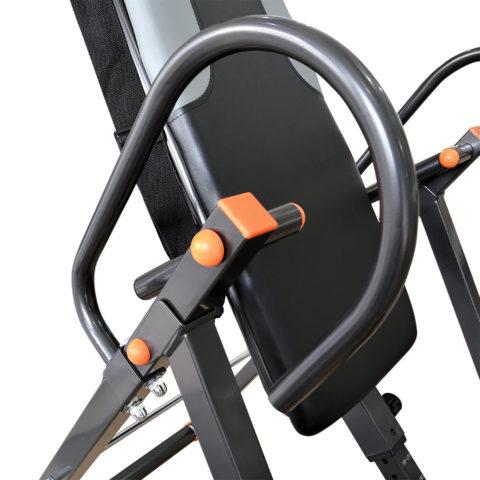 Стол позволяет зафиксировать нужный угол наклона с помощью ограничителя.