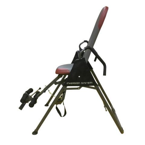 Данный стол относится к разряду складных моделей. Регулировка и фиксация угла наклона при занятии происходит с помощью ремня. Перед упражнением необходимо встать рядом