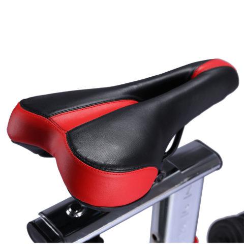 Для контроля пульса во время тренировки на руле есть встроенные датчики с отображением информации на дисплее компьютера. Питание компьютера от батареек (тип ААА